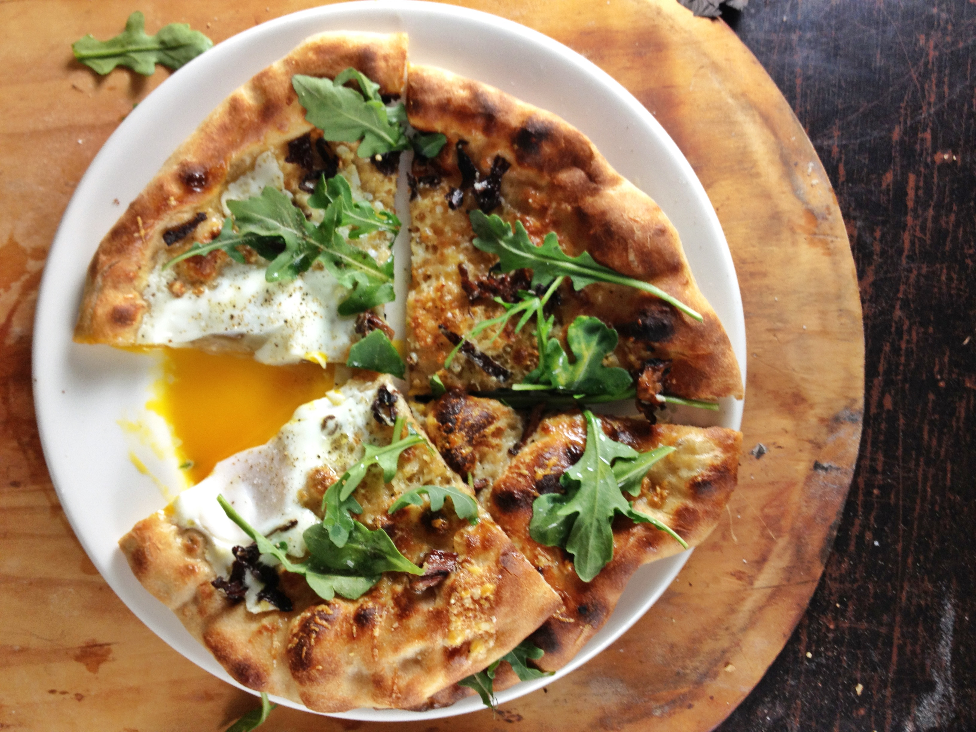 Pizza with egg arugula and chanterelles kitchen table for Table a pizza