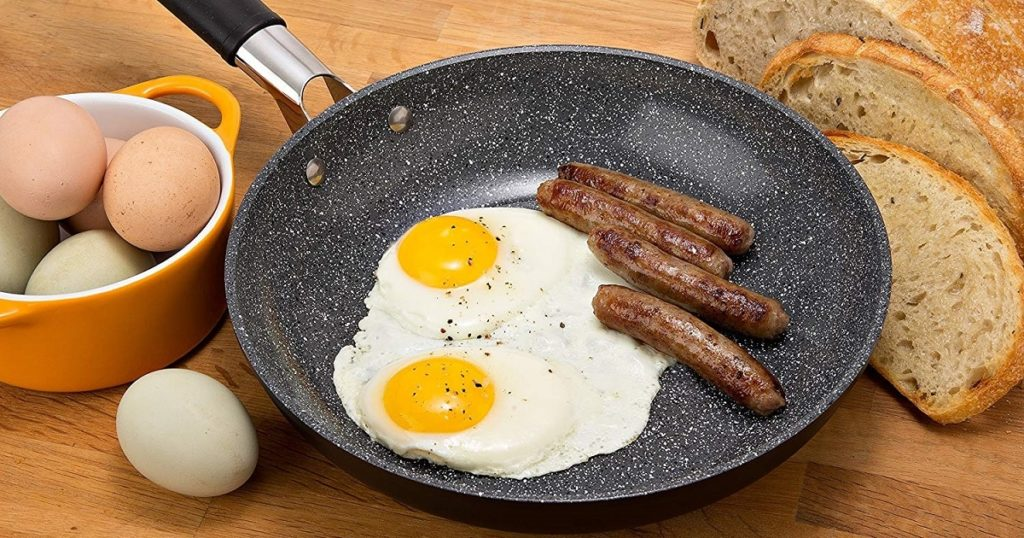 How do you cook eggs in a ceramic pan?
